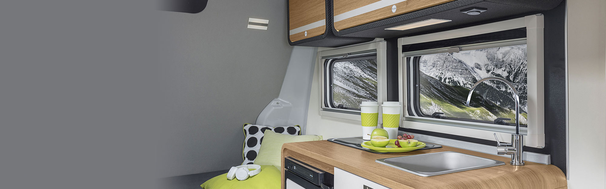 Cocina completa en el interior y armarios de madera modernos
